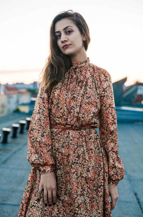 braunes Kleid mit Ledergürtel