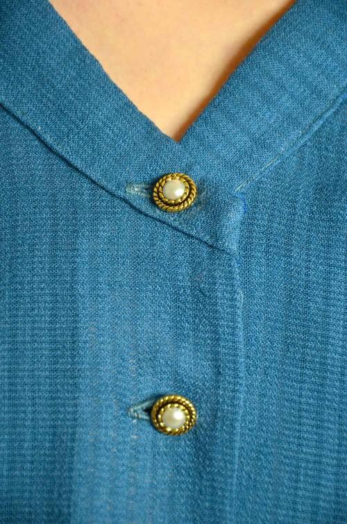 Bluse mit gold verzierten Perlmuttknöpfen