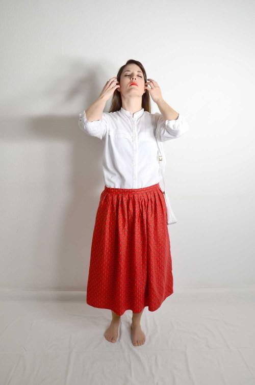 Roter Rock mit weißer Bluse