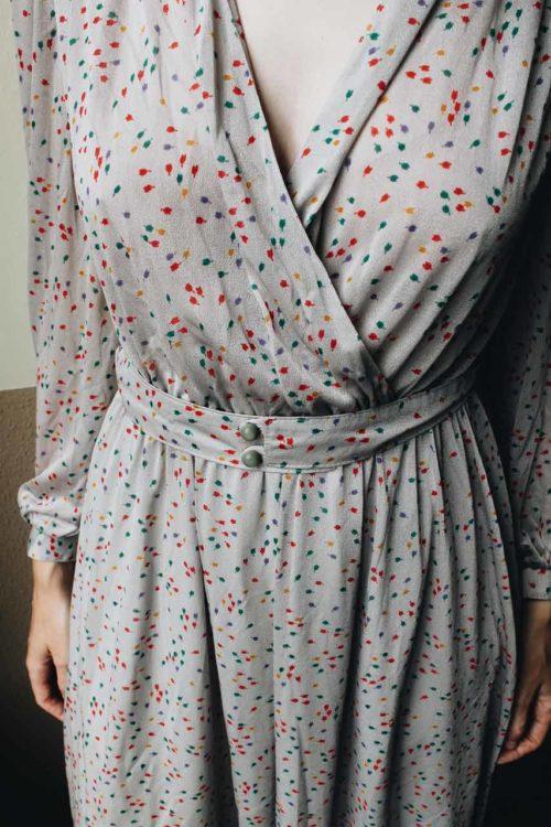 graues Kleid mit buntem Muster