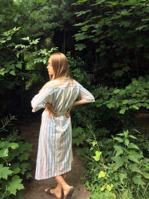 Kleid weiß mit roten und blauen Streifen
