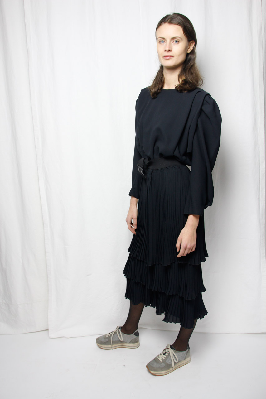 Schwarzes tailliertes pliss e kleid mit g rtel kirsten oma klara - Plissee kleid lang ...