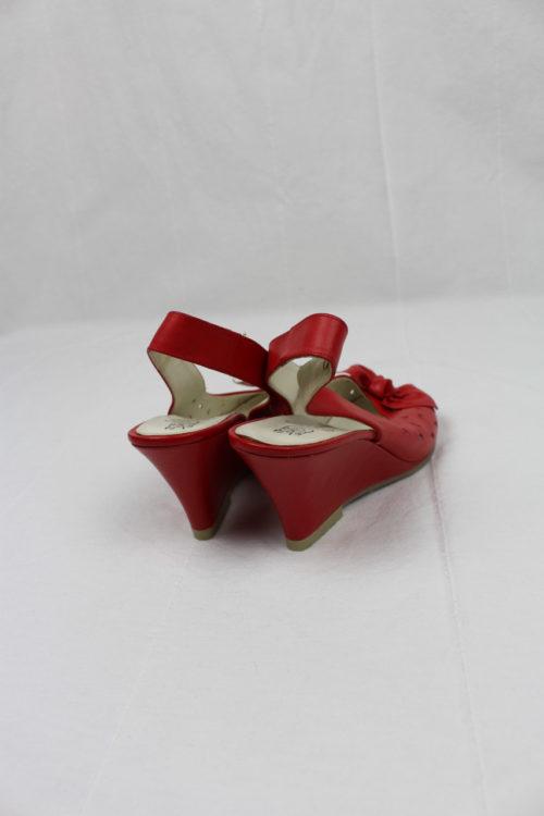 rote Sandalen mit Lochmuster