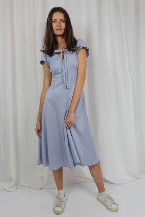 blaues Kleid mit Muschelrand