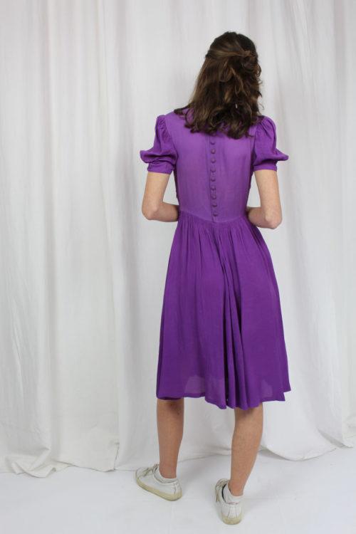 lila Kleid mit Puffärmeln