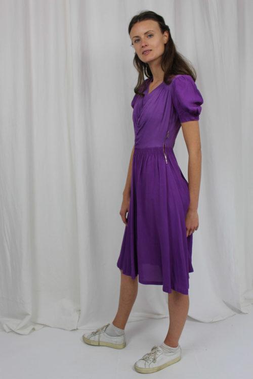 lila Kleid mit gesmoktem Ausschnitt