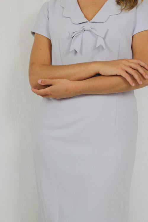 blaues Kleid mit Schleife