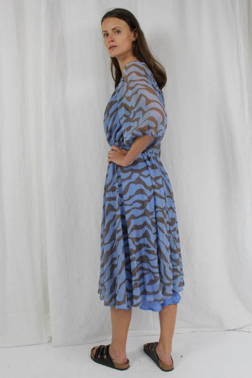 blaues Kleid mit braunem Muster Lürman Modell