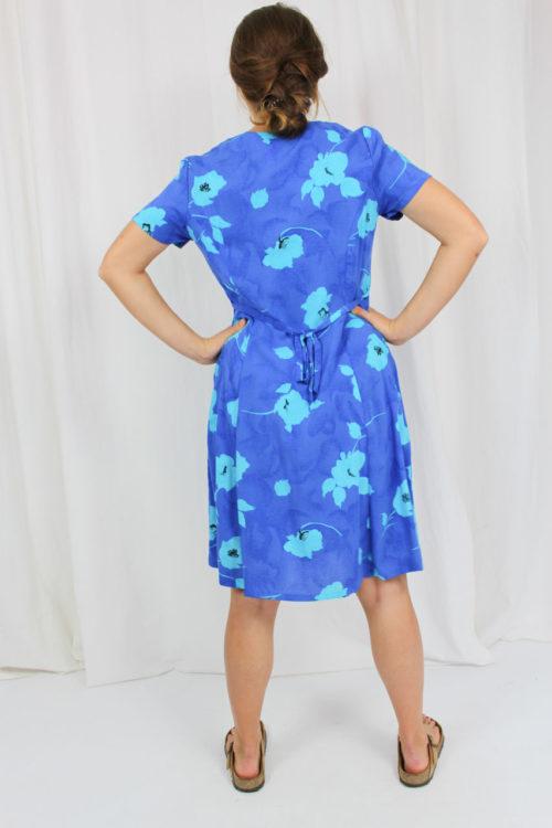 blaues Kleid mit floralem Muster