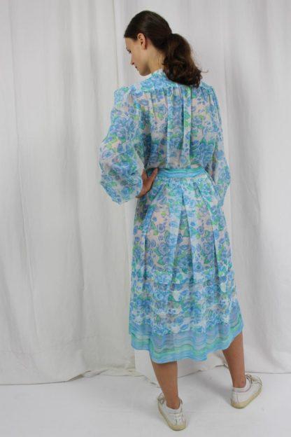 blaues Kleid mit grünem Blumenmuster