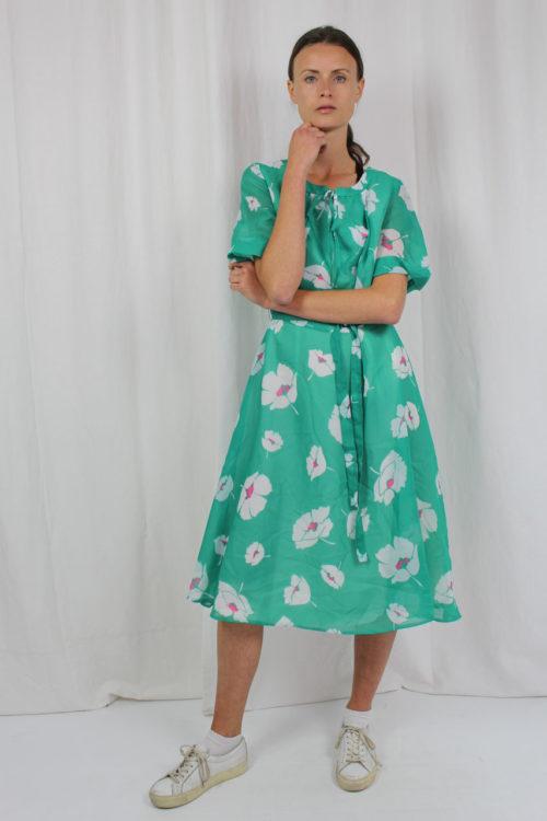 grünes Kleid mit großen Blumen