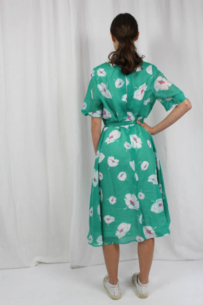 grünes Kleid mit weißen Blumen