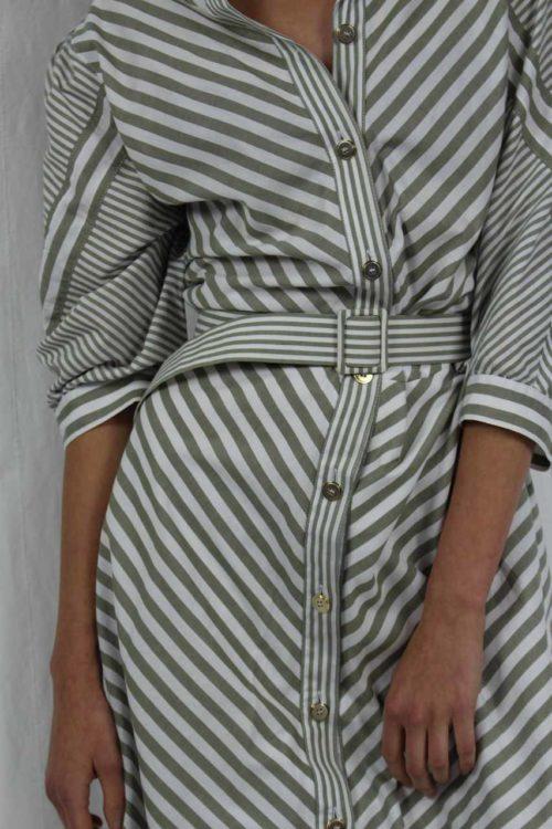 grau weißes Kleid mit Bindegürtel