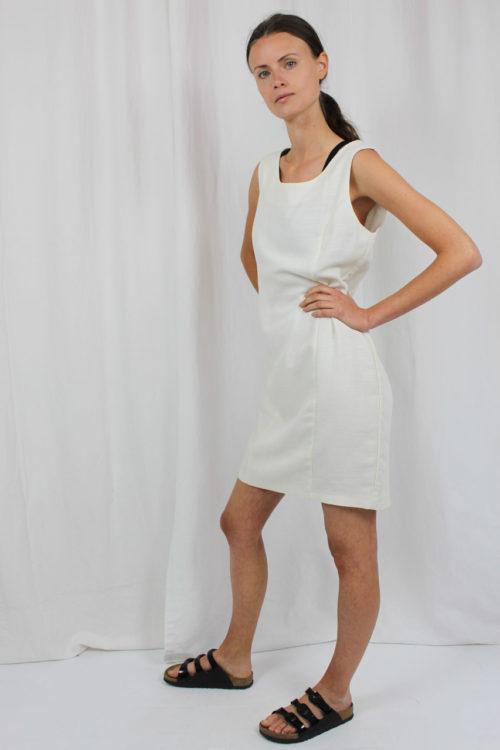 weißes Kleid mit U-Ausschnitt
