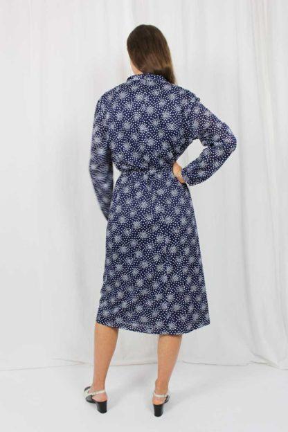 blaues Kleid mit weißen Punkten