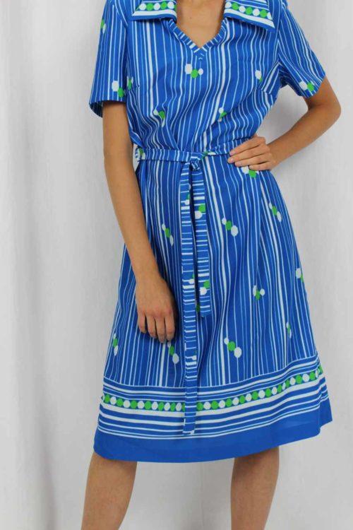 blaues Kleid, weiße Streifen