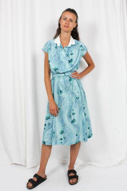blaues Kleid weißer Kragen