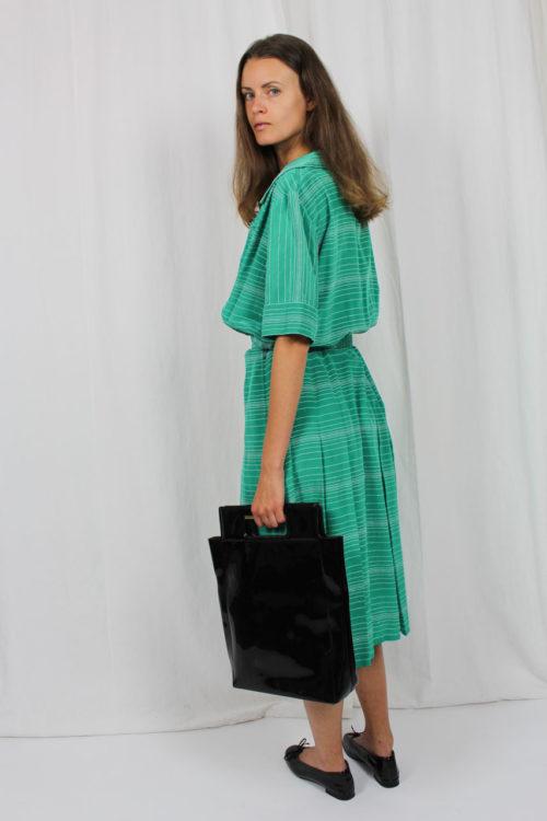 grünes Kleid mit weißen Streifen