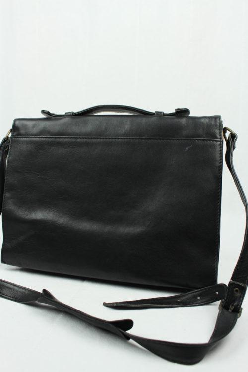 schwarze Tasche mit Riemen
