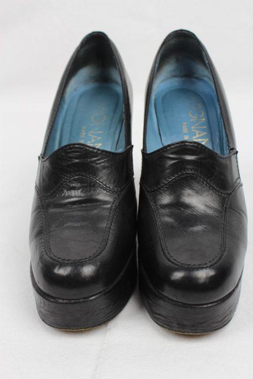 schwarzer Schuh Keilabsatz