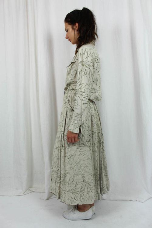 beiges Kleid mit grünem Muster