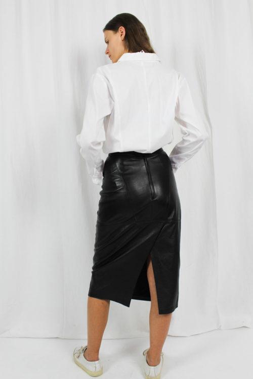 schwarzer Lederrock mit Gehschlitz