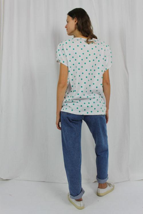 weißes Shirt grüne Schleife