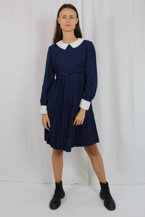 blaues Kleid weiße Manschetten