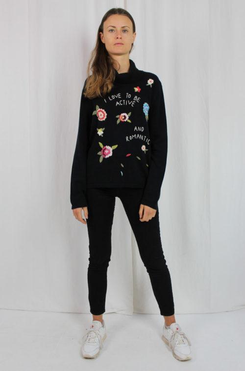 schwarzer Pullover mit Blumenbestickung