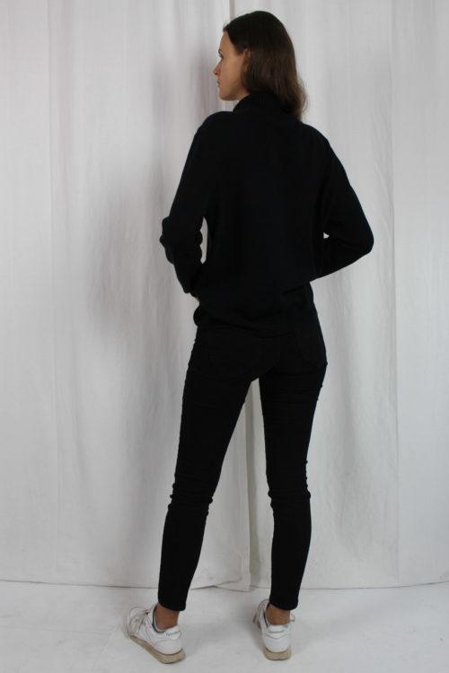 schwarzer Rollkragenpullover