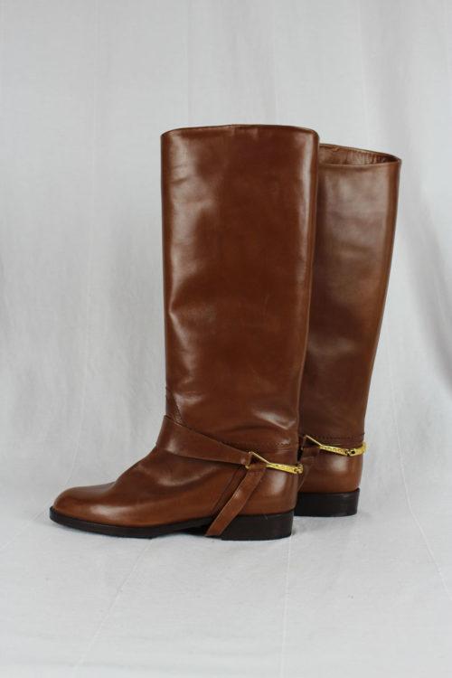 brauner Stiefel mit Sporen
