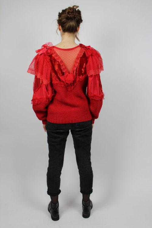 roter Pullover mit Rüschen