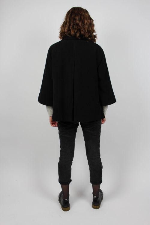 schwarzer Mantel breite Ärmel