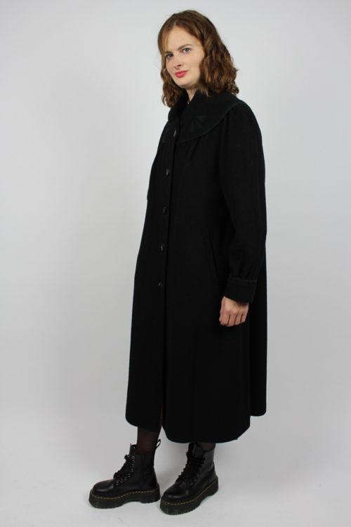 schwarzer Mantel lang