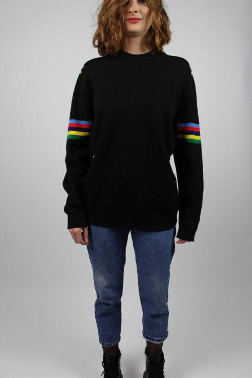schwarzer Pullover gestreift