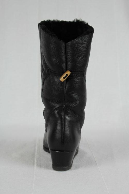 schwarzer Stiefel halb hoch