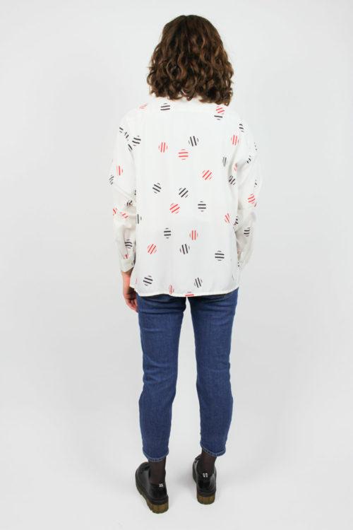 weiße Bluse blau rote Kreise