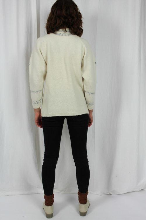 weißer Pullover Zackenmuster