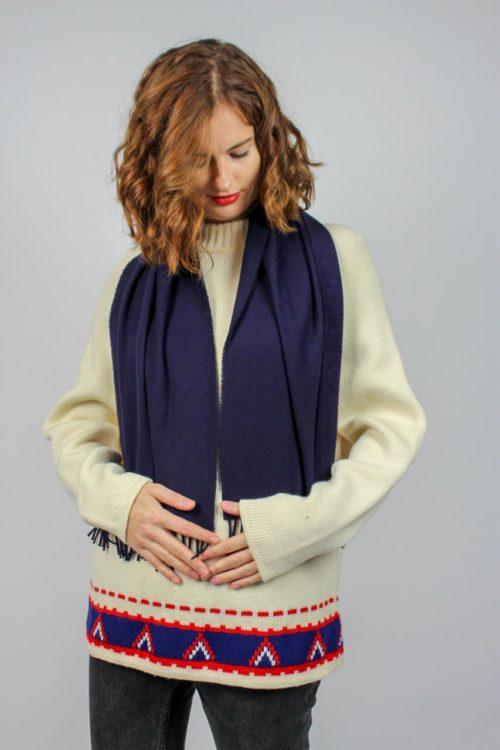 Blauer Schal mit Fransen