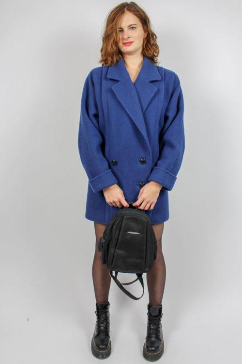 blauer Mantel schwarze Knöpfe