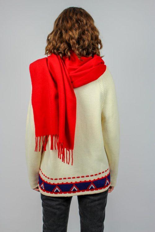 roter Schal mit Fransen