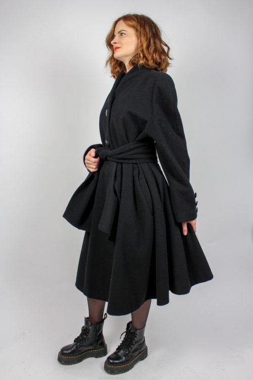 schwarzer Mantel mit Schärpe