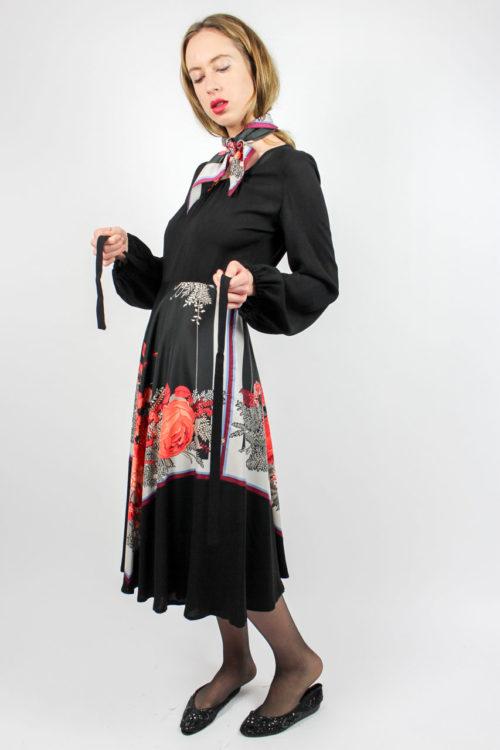 schwarzes Kleid Taillengürtel