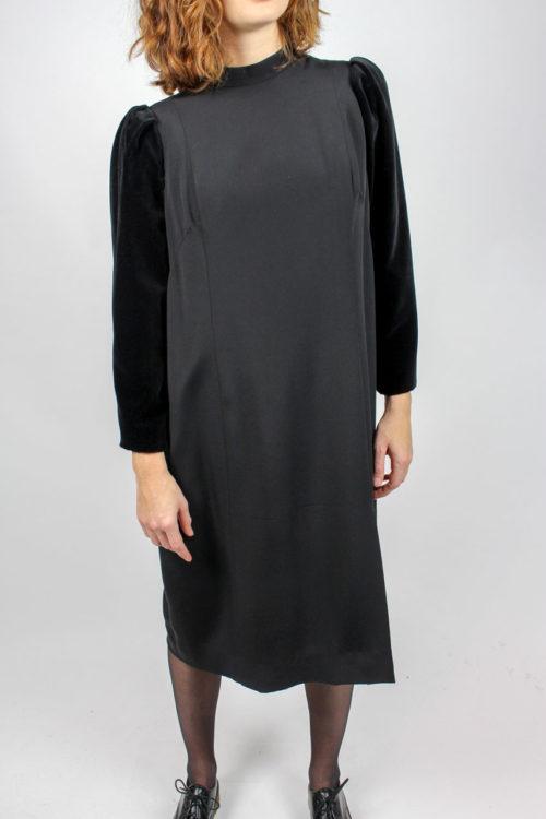 schwarzes Kleid mit Samt