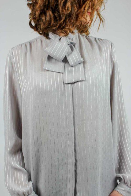 graue Bluse mit Schluppe