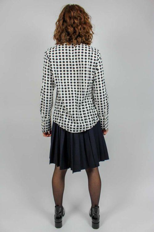 weiße Bluse schwarze Punkte