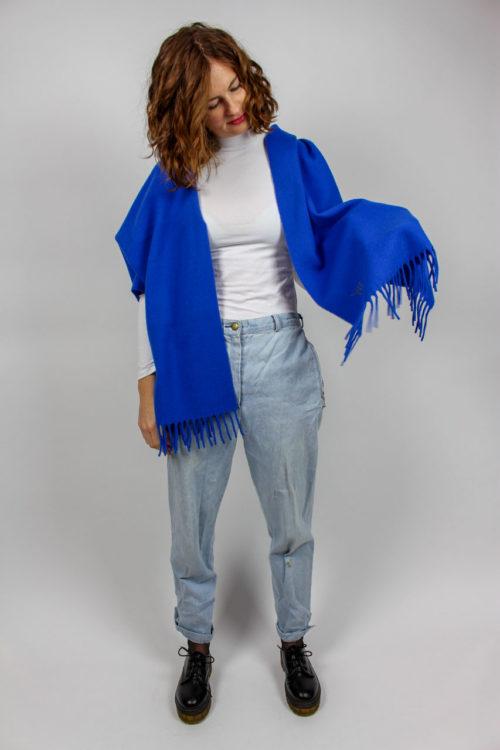 breiter blauer Schal