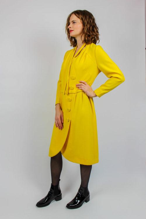 gelbes Kleid mit Gürtel