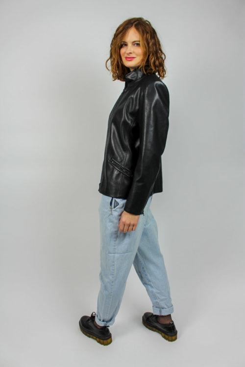 schwarze Jacke mit Reißverschluss