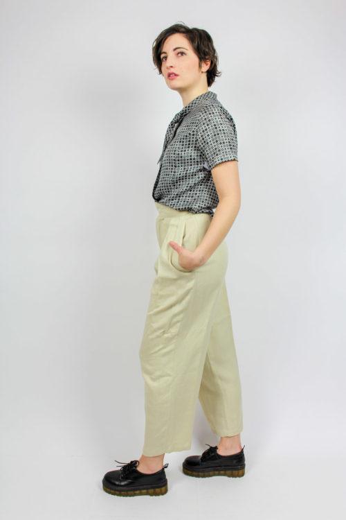 graue Bluse schwarzes Muster